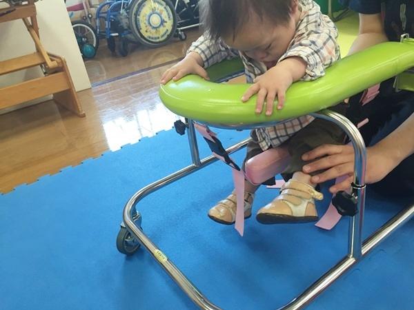 リハビリ,無気力,足首,固定,靴,シューズ,やる気,ダウン症,ブログ