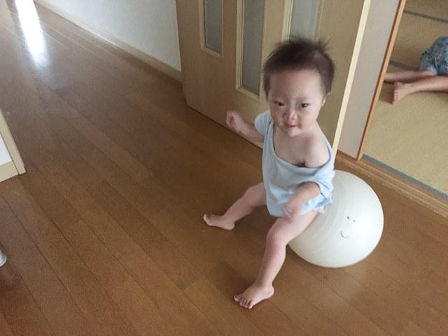 バランスボール,マイブーム,机に上る,2歳,オヤジ,ルンバ,ダウン症,ブログ