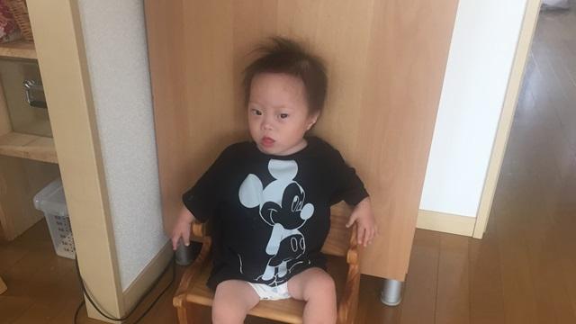 お座り,ダウン症,2歳1ヶ月,ブログ,成長,木の椅子