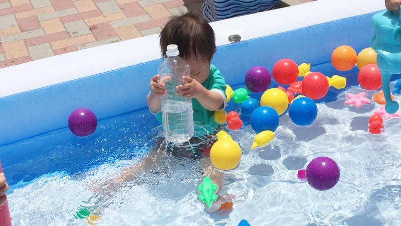 プールでペットボトル