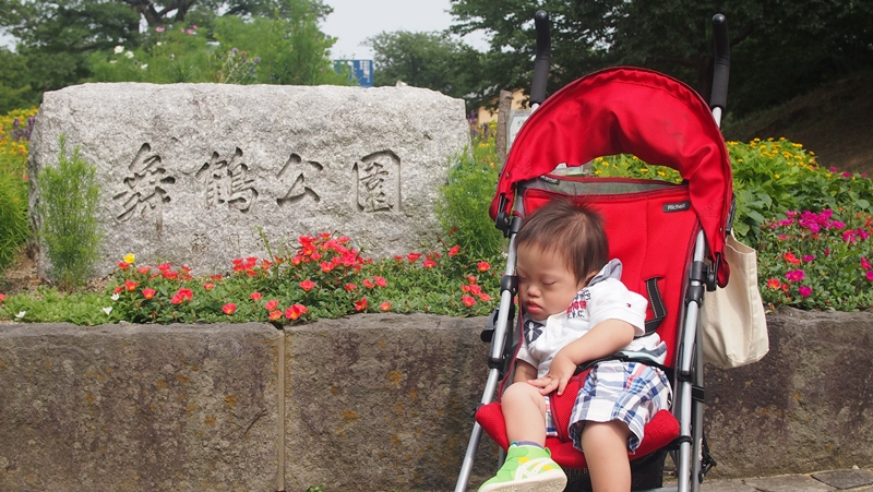 舞鶴公園の前で寝る