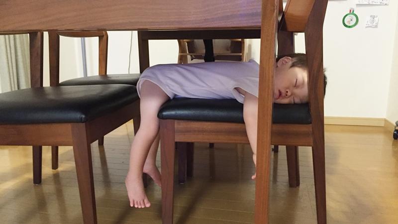 椅子の上で寝る