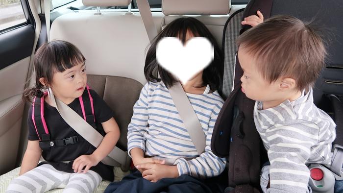 3人で車に乗る