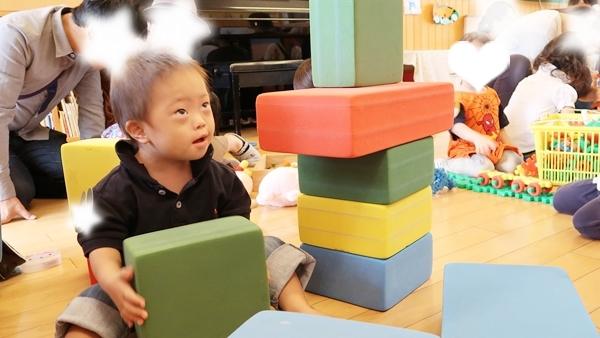 幼稚園でブロック積み